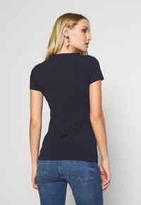 Guess - LORY TEE - T-shirt imprimé - la la night - 2