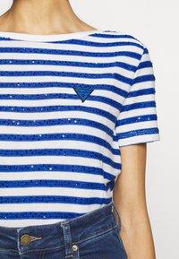 Guess - AMAIA - Print T-shirt - white/blue - 4