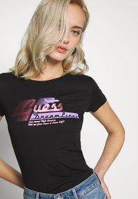 Guess - PRISCA TEE - T-shirt imprimé - jet black - 3