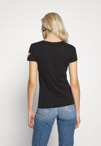 Guess - PRISCA TEE - T-shirt imprimé - jet black - 2