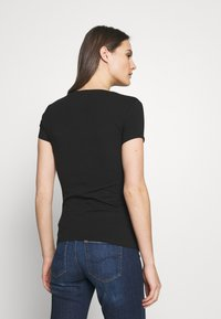 Guess - PEACE TEE - T-shirt print - black/pink - 2