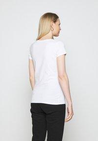 Guess - ANGELIKA TEE - T-shirt print - true white - 2