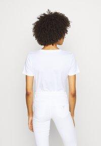 Guess - TATIANA TEE - T-shirt con stampa - true white - 2