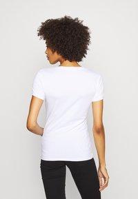 Guess - BRITNEY  - Print T-shirt - true white - 2