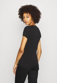 Guess - BRITNEY TEE - T-shirt z nadrukiem - jet black - 2