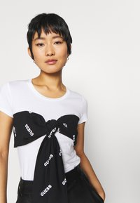 Guess - LUCREZIA  - T-shirts med print - true white - 4