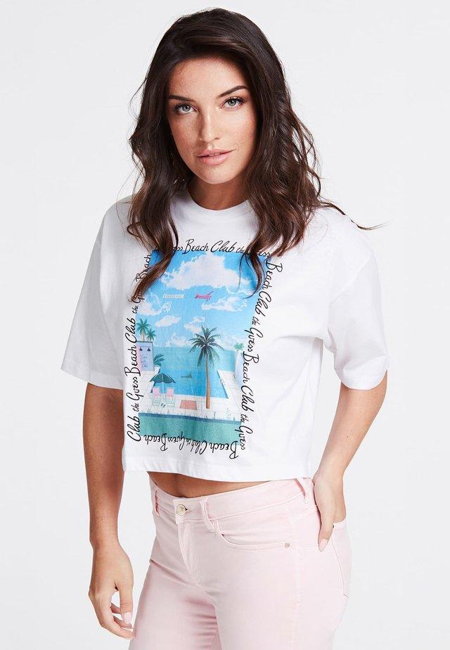 GUESS T-SHIRT AUFGESETZTER PRINT - T-shirt con stampa - weiß