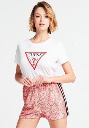 GUESS T-SHIRT LOGODREIECK - T-shirt con stampa - weiß