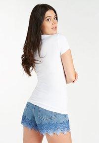 Guess - FRONTLOGO - T-shirt z nadrukiem - weiß - 2