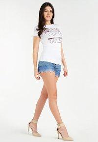Guess - FRONTLOGO - T-shirt z nadrukiem - weiß - 1