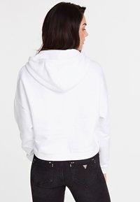 Guess - HOODY ICON - Bluza z kapturem - white - 2
