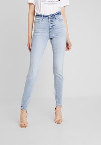 Guess - 1981 EXPOSED BUTTON - Jeans Skinny Fit - malibu - 0
