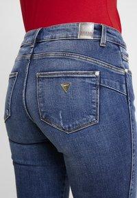 Guess - ULTRA CURVE SPLIT - Jeans Skinny Fit - richness - 6