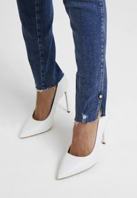 Guess - ULTRA CURVE SPLIT - Jeans Skinny Fit - richness - 3