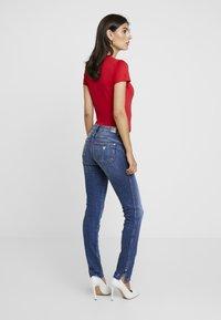 Guess - ULTRA CURVE SPLIT - Jeans Skinny Fit - richness - 2
