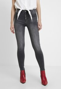 Guess - EXPOSED BUTTON - Jeans Skinny Fit - cali grey - 0