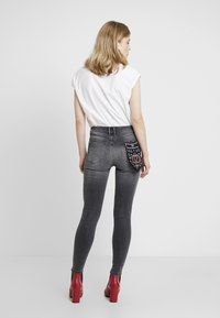 Guess - EXPOSED BUTTON - Jeans Skinny Fit - cali grey - 2