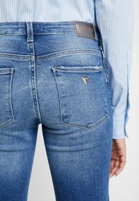 Guess - SEXY - Jeansy Bootcut - bluebird - 4