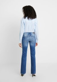 Guess - SEXY - Jeansy Bootcut - bluebird - 2