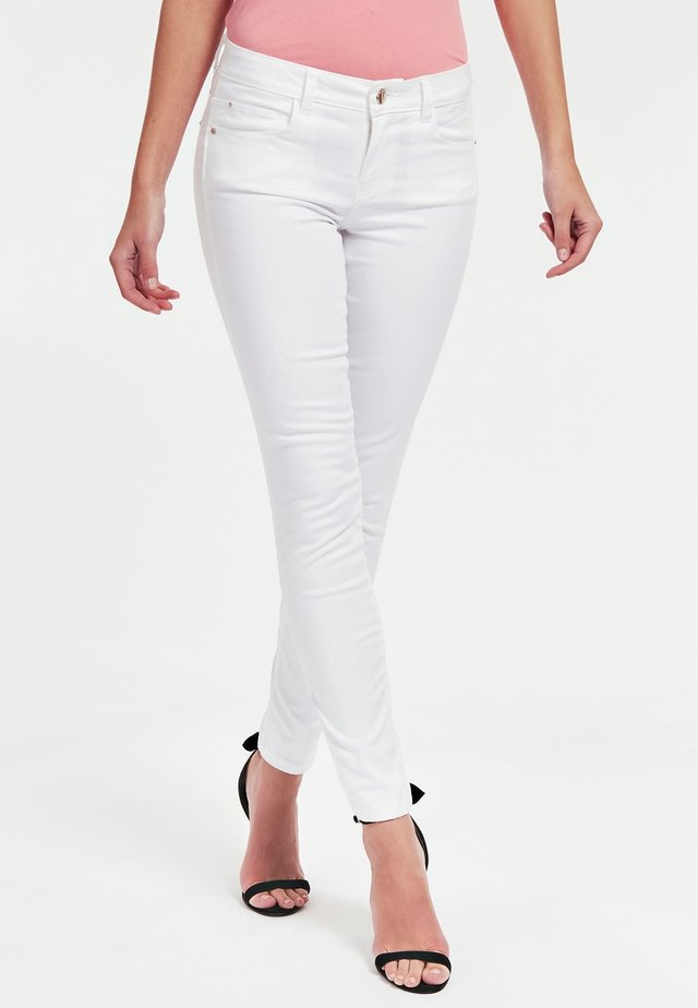GUESS HOSE SKINNY FIT - Jeansy Skinny Fit - bianco