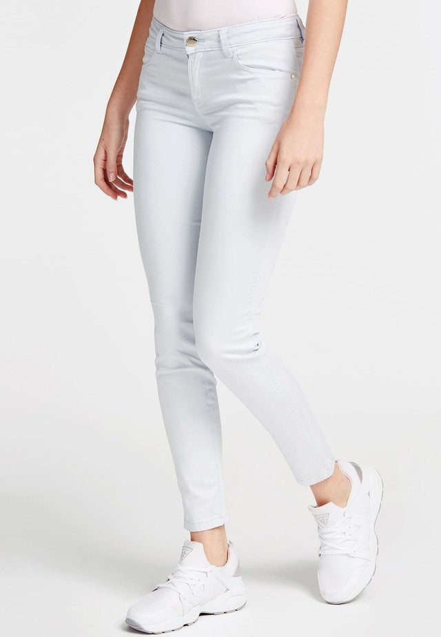 GUESS HOSE SKINNY FIT - Jeansy Skinny Fit - himmelblau