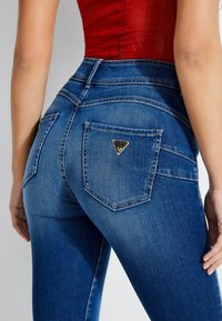 Guess - SHAPE-UP-JEANS SKINNY FIT - Jeansy Skinny Fit - blau - 5