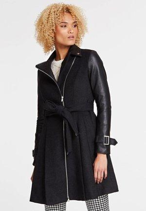MIT GÜRTEL - Krótki płaszcz - black