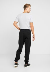 Guess - ZEPH PANTS - Trainingsbroek - jet black - 2