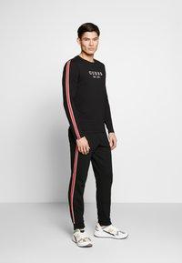 Guess - LEN PANTS - Pantalon de survêtement - jet black - 1