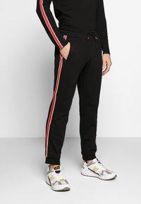 Guess - LEN PANTS - Pantalon de survêtement - jet black - 0