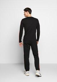 Guess - LEN PANTS - Pantalon de survêtement - jet black - 2