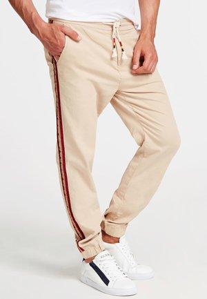 HOSE SKINNY FIT SEITLICHER STREIFEN - Pantalon de survêtement - mehrfarbig beige