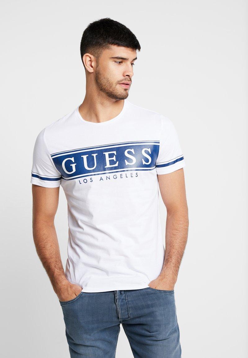 Guess - BANNER TEE - T-Shirt print - true white/blue