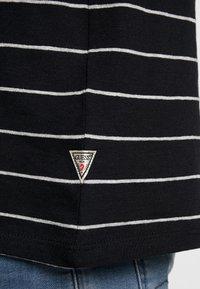 Guess - SIMON TEE - T-shirt z nadrukiem - jet black/grey - 5