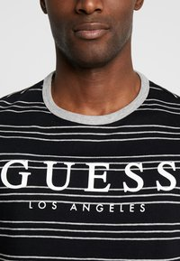 Guess - SIMON TEE - T-shirt z nadrukiem - jet black/grey - 3