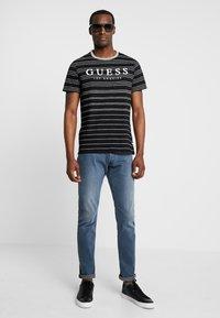 Guess - SIMON TEE - T-shirt z nadrukiem - jet black/grey - 1