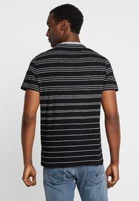 Guess - SIMON TEE - T-shirt z nadrukiem - jet black/grey - 2