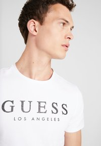 Guess - LOS ANGELES - T-shirt con stampa - true white - 3