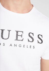 Guess - LOS ANGELES - T-shirt con stampa - true white - 5