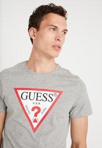 Guess - CORE ORIGINAL - T-shirt print - stone heather grey - 3