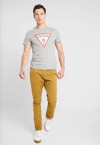 Guess - CORE ORIGINAL - T-shirt print - stone heather grey - 1