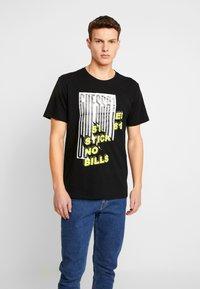 Guess - BILLPOST TEE - T-shirt con stampa - jet black - 0