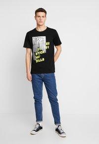 Guess - BILLPOST TEE - T-shirt con stampa - jet black - 1