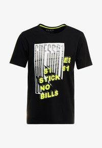 Guess - BILLPOST TEE - T-shirt con stampa - jet black - 3