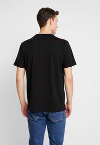Guess - BILLPOST TEE - T-shirt con stampa - jet black - 2