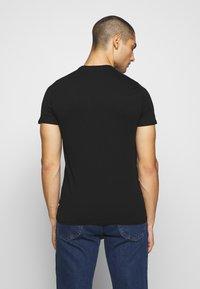 Guess - ORIGINAL LOGO TEE - Print T-shirt - jet black - 2