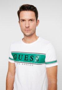 Guess - BANNER TEE - T-shirt med print - white/green - 3