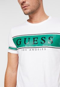 Guess - BANNER TEE - T-shirt med print - white/green - 5
