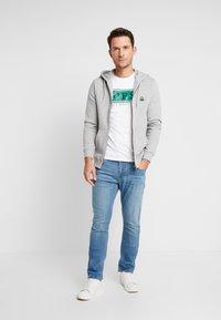 Guess - BANNER TEE - T-shirt med print - white/green - 1