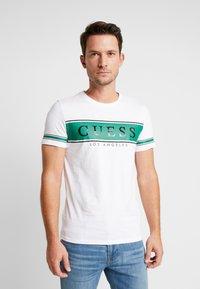 Guess - BANNER TEE - T-shirt med print - white/green - 0